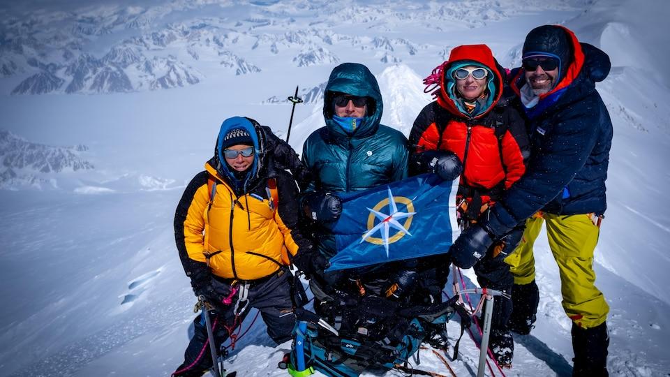 Rebecca Haspel, Toby Harper-Merrett, Alison Criscitiello et Zac Robinson sur le sommet du mont Logan en mai.