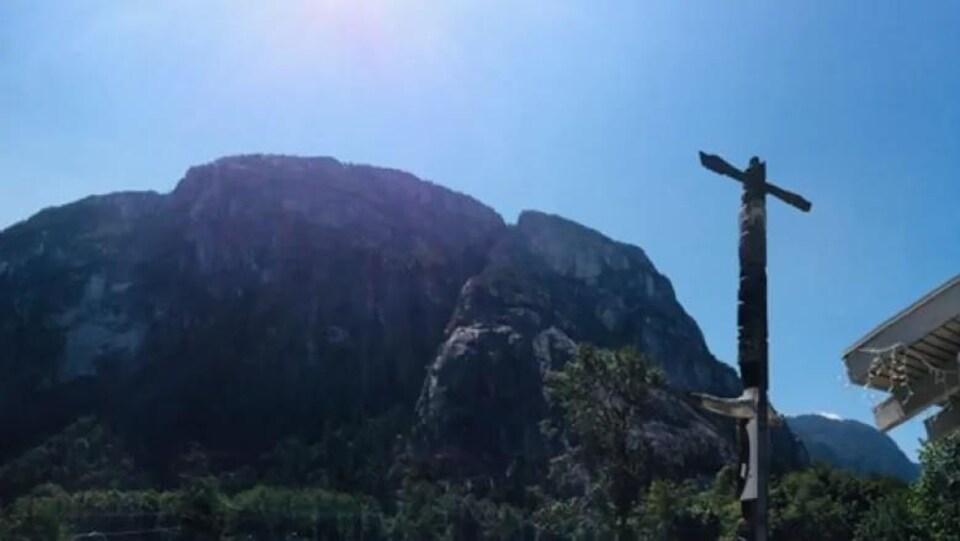 Un totem face à un rocher.