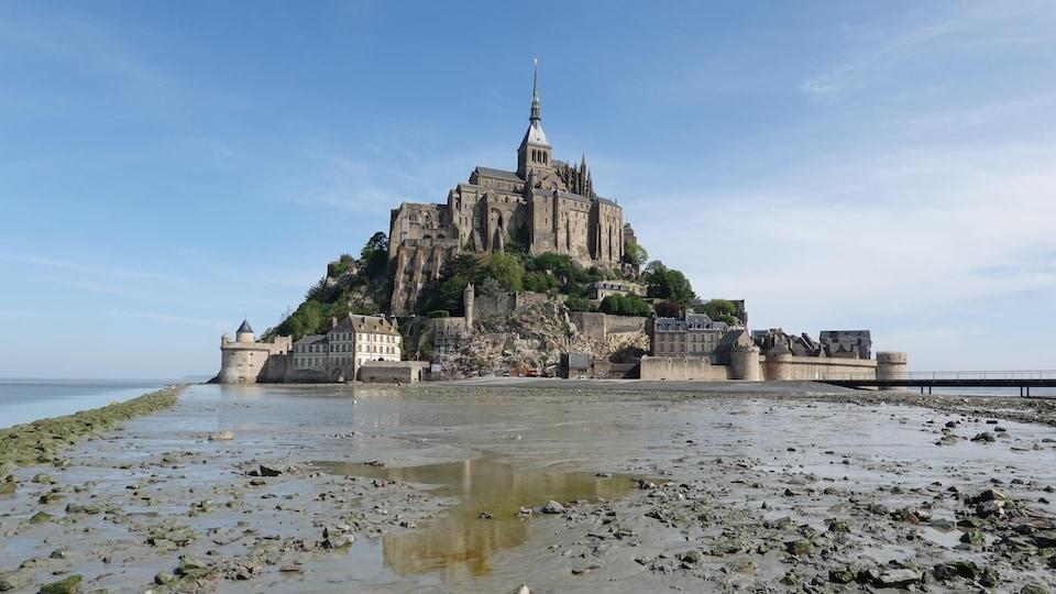 Le Mont Saint-Michel à marée basse.
