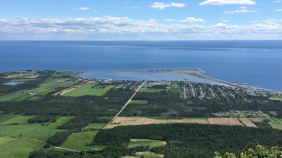 Paysage de la baie des chaleurs et Carleton-sur-mer vue du mont Saint-Joseph,