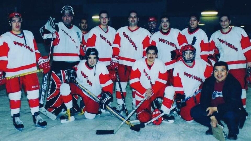 L'équipe des Montagnais de Pessamit a joué de longues années dans la catégorie compétition aux tournois de hockey autochtones au Québec.