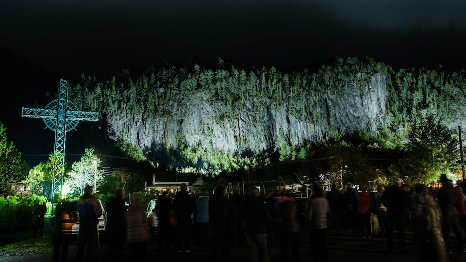 Une montagne éclairée la nuit.
