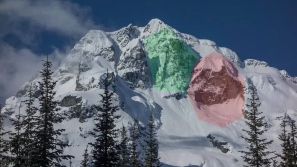 Gros plan d'une montagne. Deux secteurs sont colorés pour montrer où les glissements de terrain se sont produits.