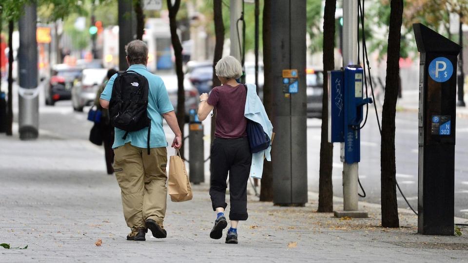Un homme et une femme marchent à Montréal.