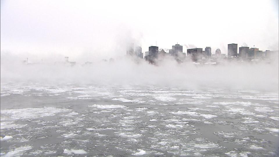 Le fleuve devant Montréal par une journée très froide, propice pour la vente d'électricité.