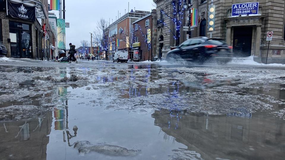 La chaussée de la rue Sainte-Catherine est recouverte d'eau et de glace.