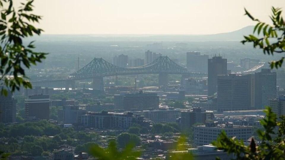 Vue de loin du pont Jacques-Cartier dans la chaleur de l'été