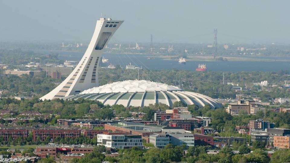 La tour du stade vue de loin par une journée d'été.