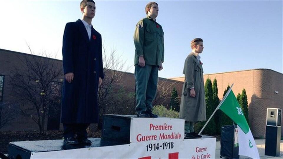 Monument vivant des élèves de l'École secondaire catholique l'Essor pour souligner le jour du Souvenir.