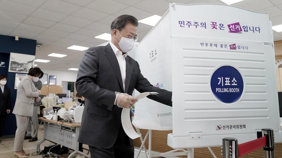 Le président se dirige vers un isoloir afin de voter.