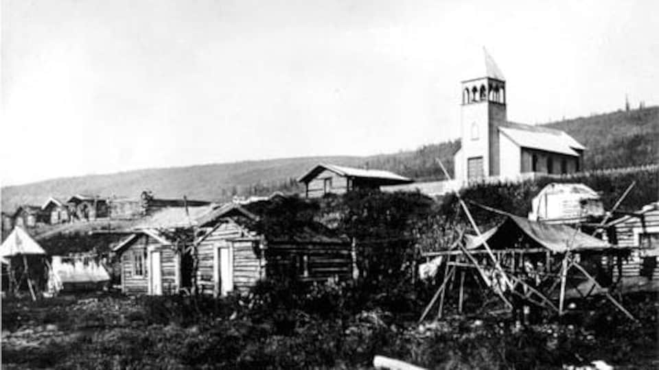Une photo ancienne et en noire et blanc d'un village autochtone.