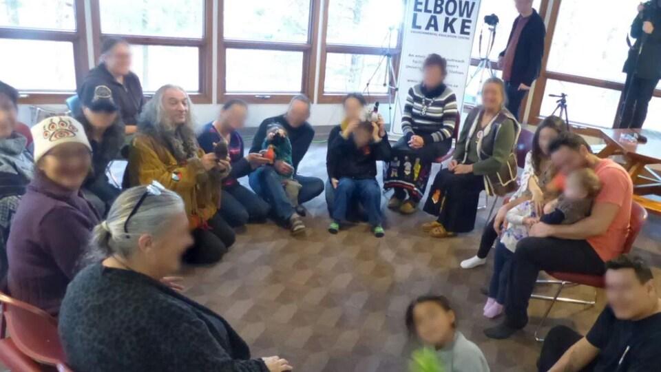 Des personnes sont réunies dans une salle.