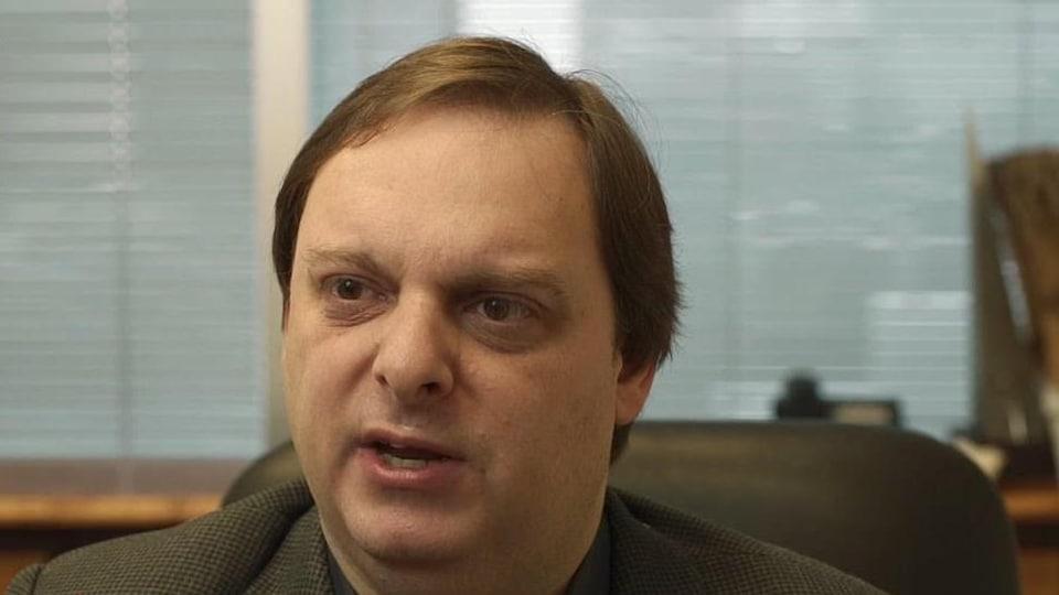 On voit l'avocat de la famille McKitty, Hugh Scher, dans les bureaux de son cabinet à Toronto.