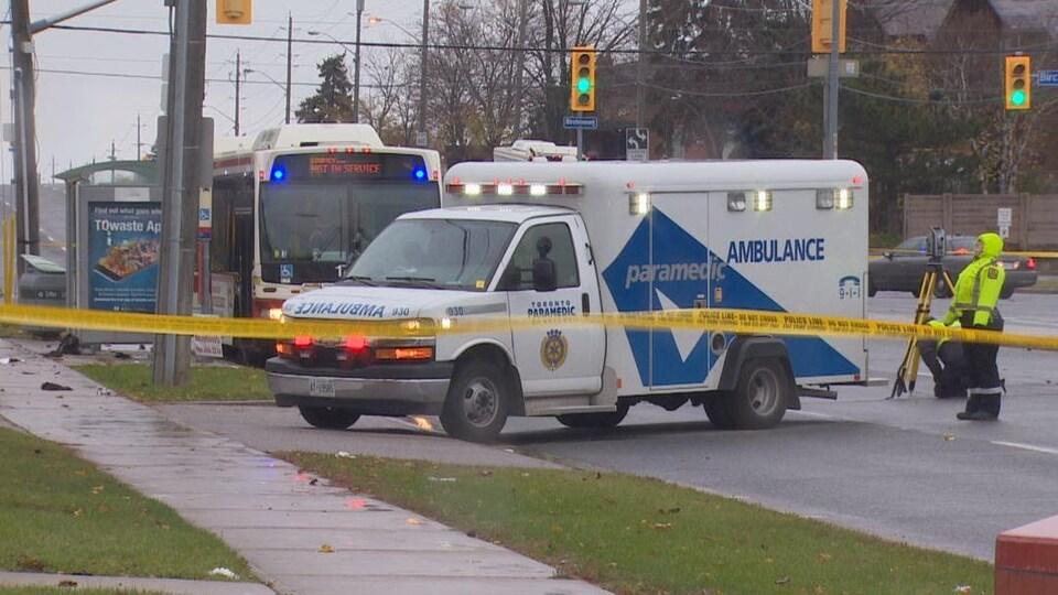 Photo d'une banderole de police jaune devant une ambulance et un autobus de la CTT