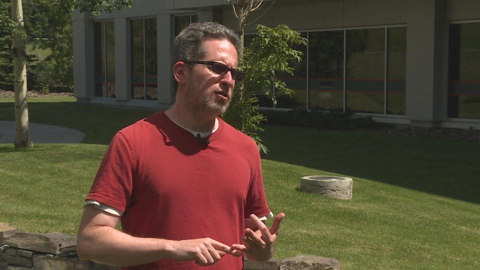 Un homme au soleil portant des lunettes de soleil.