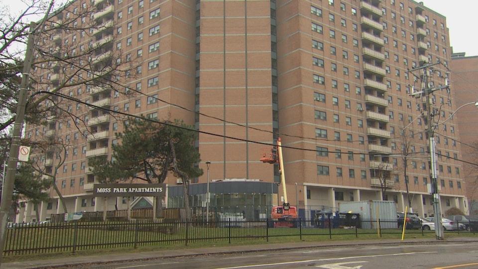 Un immeuble à logements à plusieurs étages.