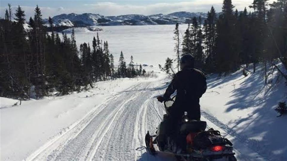 Un motoneigiste sur la Route blanche