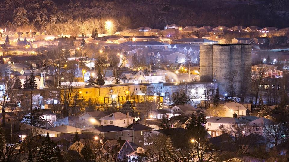 Des maisons ainsi qu'une ancienne usine de production facile un soir d'hiver