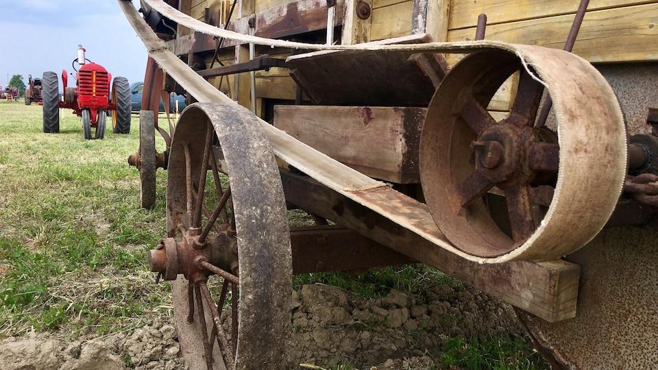 Un gros plan sur la courroie de cuir d'un moulin antique.