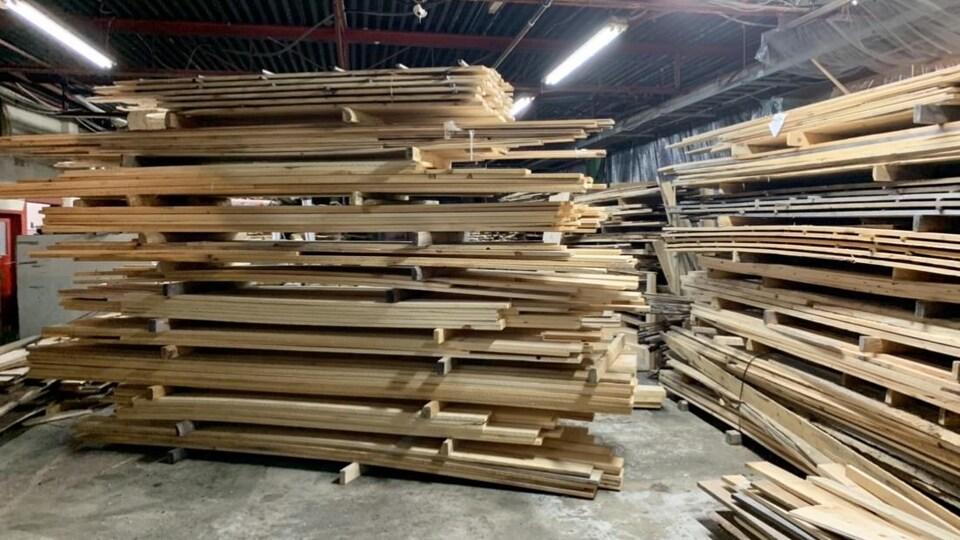 Des moulures en bois.