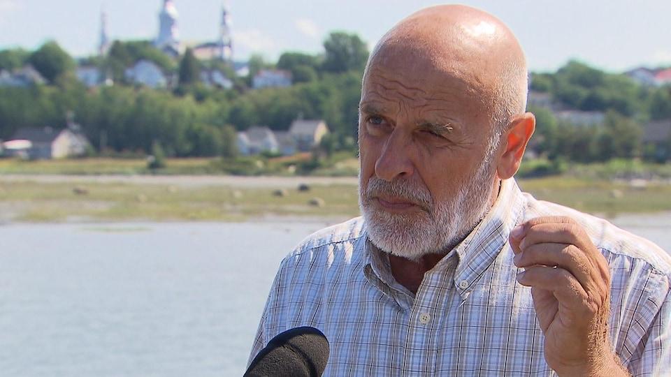 Le maire de Trois-Pistoles, Jean-Pierre Rioux souligne l'importance de faire une place à l'immigration lors d'une entrevue accordée au bord du fleuve.