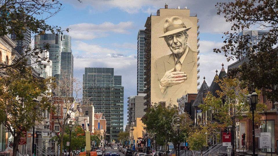Le portrait de Leonard Cohen sur le mur d'une tour à Montréal.