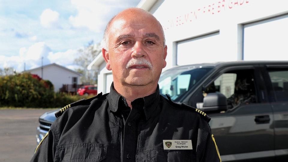 Greg Muise devant la caserne des pompiers.