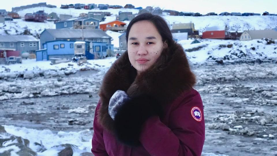 Une image de la nouvelle députée de la circonscription de Nunavut. En arrière-plan, Iqaluit, la capitale territoriale.