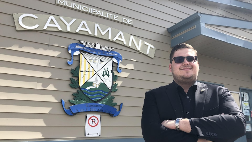 Nicolas Malette pose devant l'hôtel de ville de Cayamant.