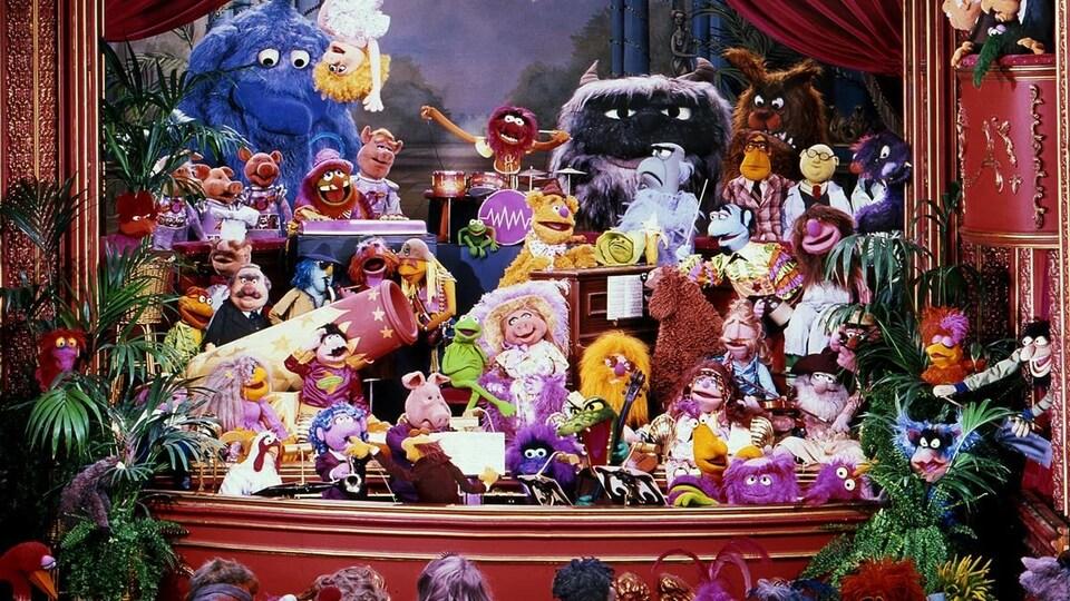 Des dizaines de marionnettes sont sur une scène.
