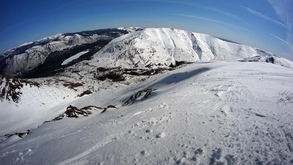 Montagne skiable en milieux alpin.