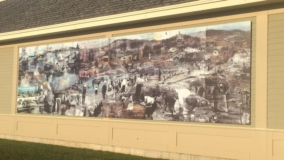La murale est installée de façon permanente sur une façade de la pharmacie Jean-Coutu.
