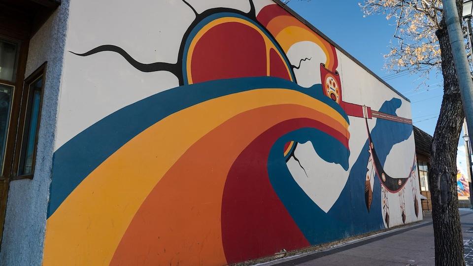 Une murale représentant des thèmes autochtones.