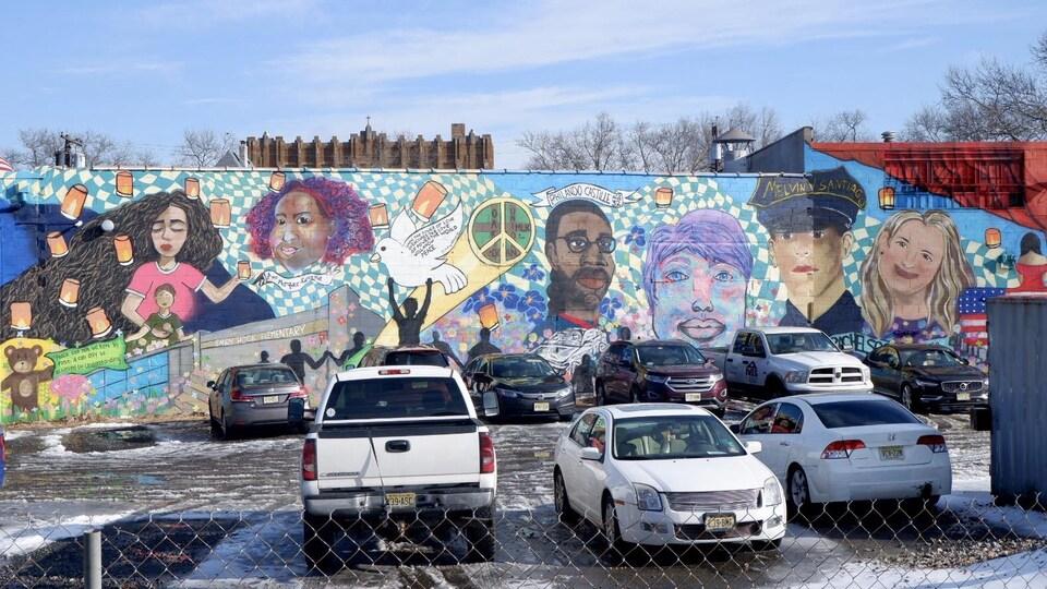 Une murale rendant hommage à des victimes d'armes à feu, à Jersey City et ailleurs aux États-Unis.