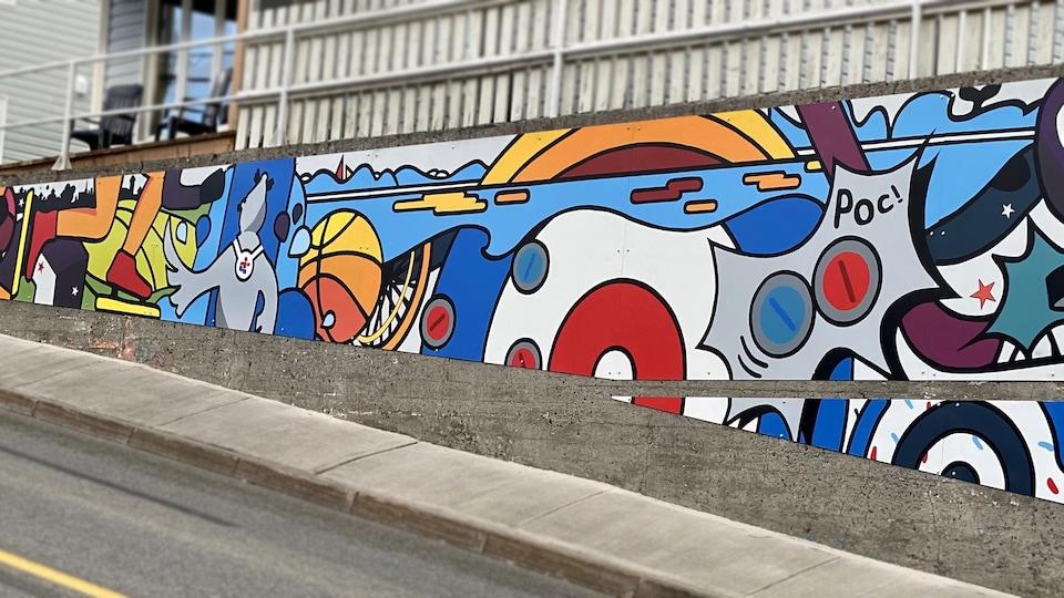 La murale colorée bonifie le paysage urbain de Rivière-du-Loup en vue des Jeux du Québec de mars 2022.