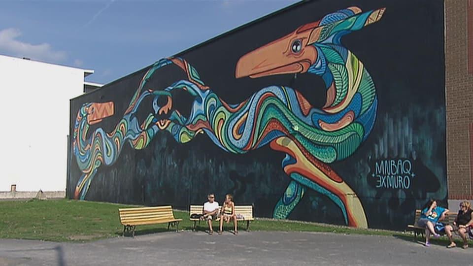 Une murale qui représente un animal à deux têtes.