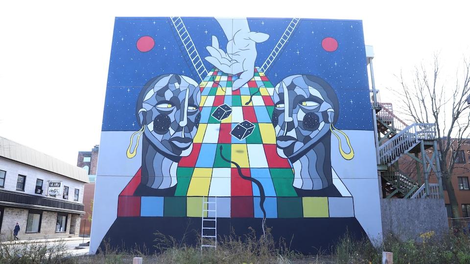 Une murale qui représente notamment un jeu de serpents et d'échelles