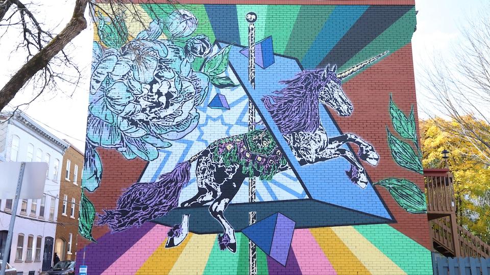 Une murale extérieure qui représente une licorne