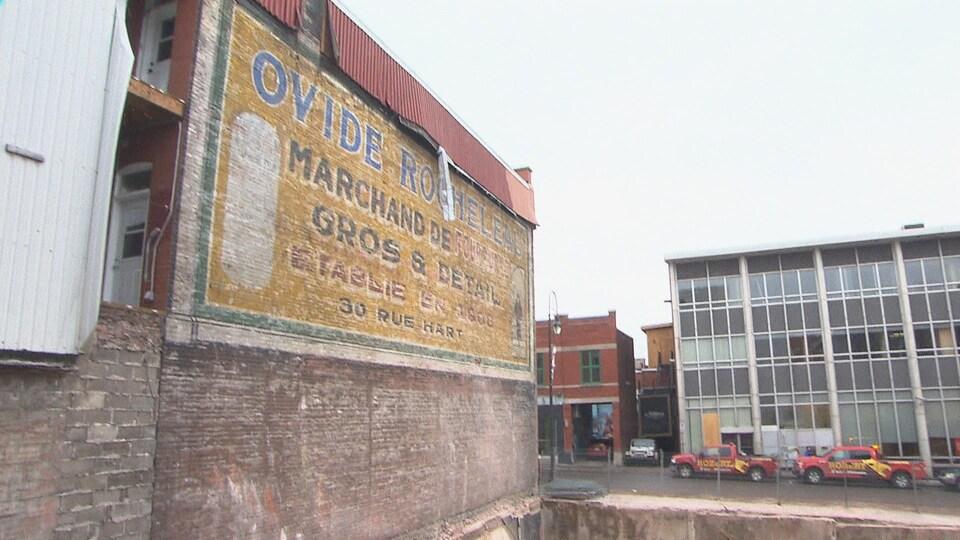 Une vieille murale publicitaire mise au jour.