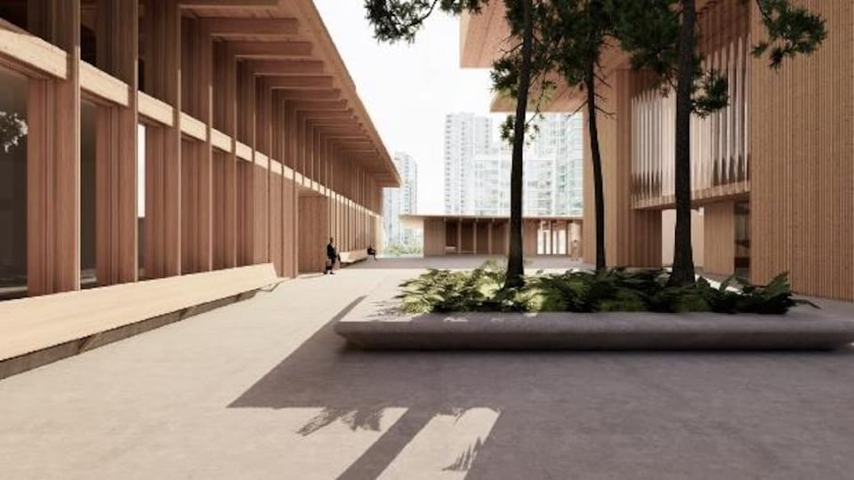 Un homme marche dans une cour extérieure d'un musée moderne, fait de bois.