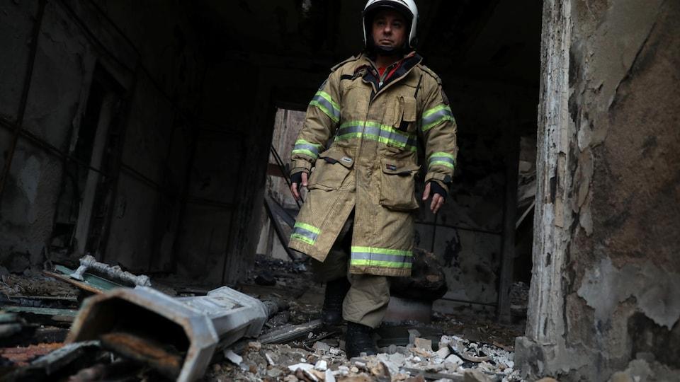 Un pompier marche dans les décombres du musée.