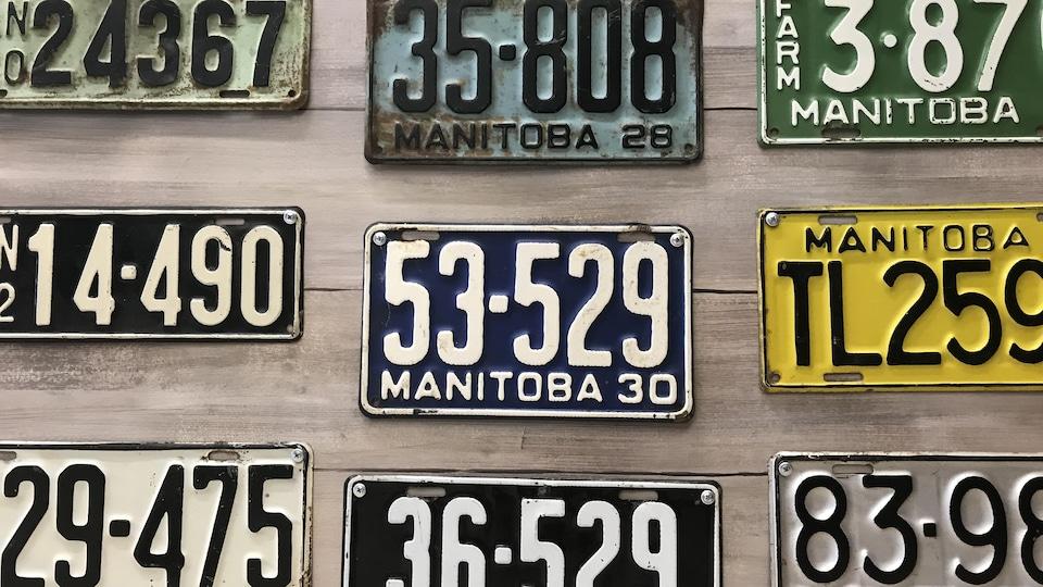 Quelques plaques d'immatriculation datant des années 30.