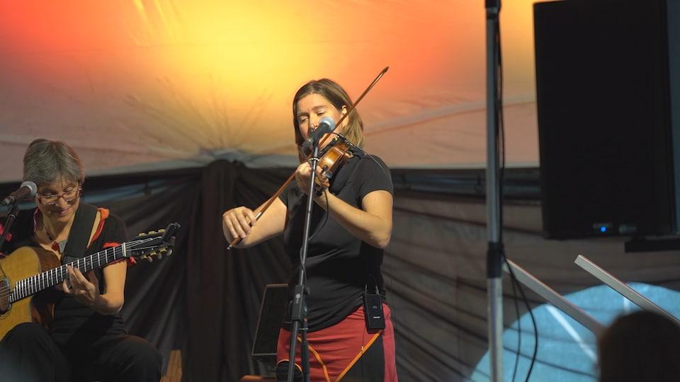 Une violoniste sur scène.