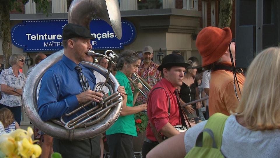 Des musiciens mettent de l'ambiance sur l'avenue Cartier.