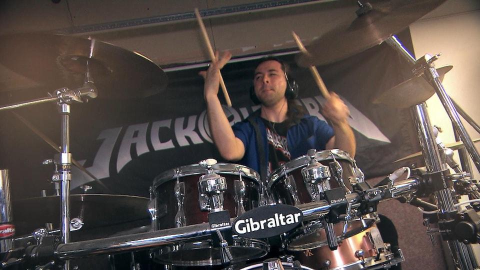 Michel Gagné-Bouchard joue de la batterie.