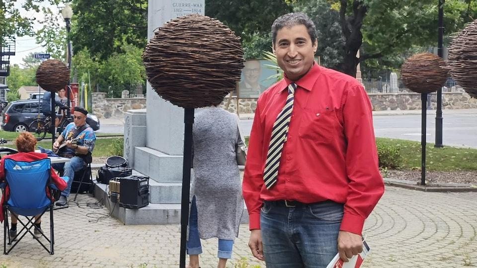 Mustapha Berri dans un parc.