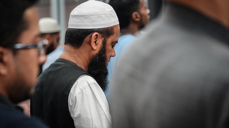 Un homme prie dans une mosquée.