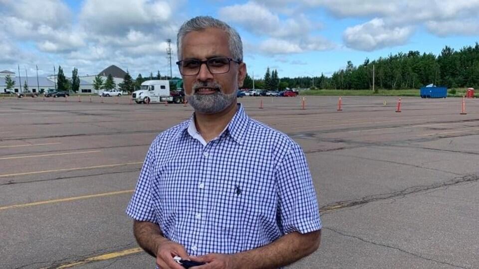 Abdal Khan dans un stationnement.