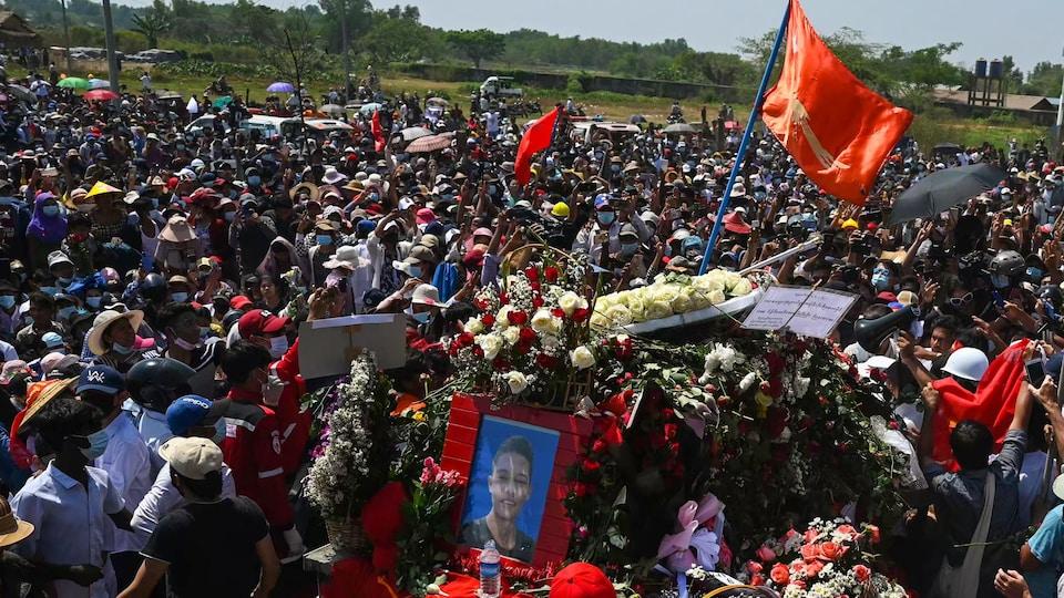 Funérailles d'une manifestante au Myanmar.