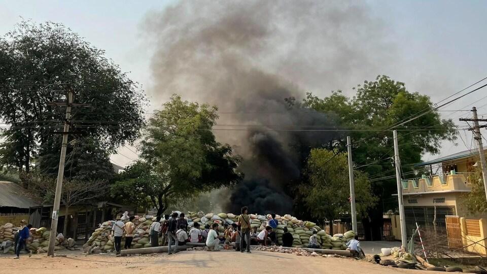 Une barricade et de la fumée noire lors d'une manifestation au Myanmar, le 3 avril 2021.
